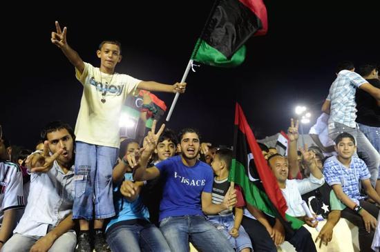 2011年10月28日,利比亚民众在首都的黎波里的烈士广场为推翻卡扎菲政权举行庆祝活动。(新华社记者 覃海石 摄)