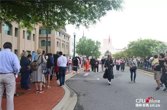 ▲观众在中国驻美使馆外排起长队。(国际在线)