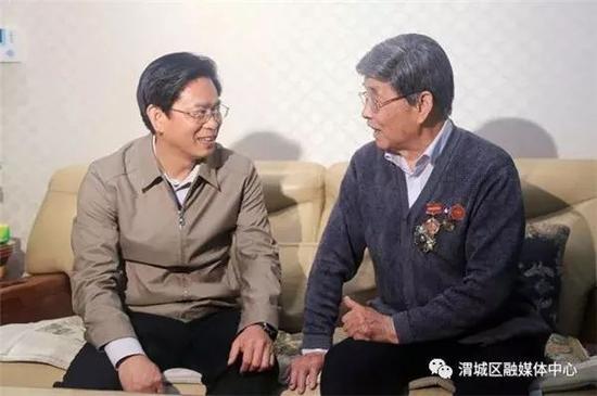 当地领导看望慰问蔡兴海(右)
