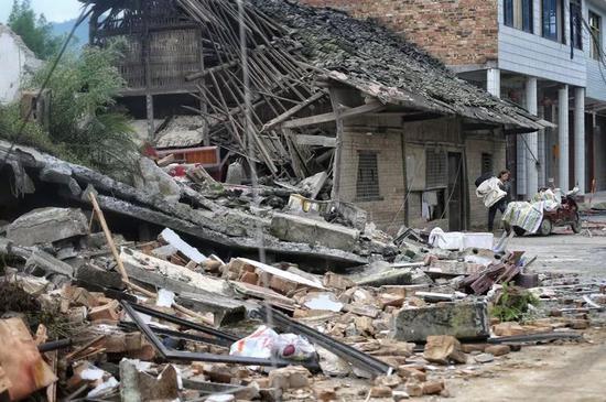 ▲双河镇房屋被毁,居民正在搬家。新京报记者 彭子洋摄