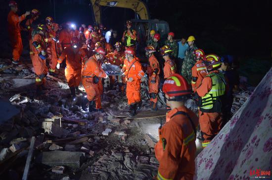 ↑七岁男孩被救援人员救出