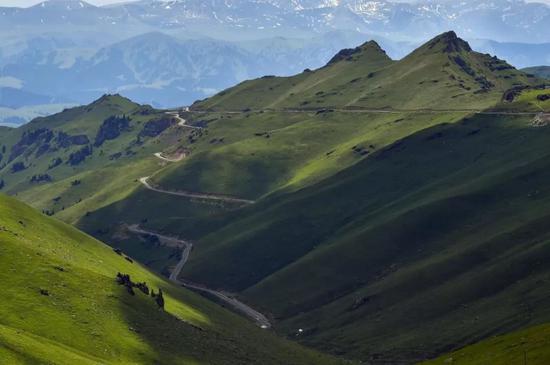 顺着群山峭壁蜿蜒的独库公路。中新社记者 刘新 摄