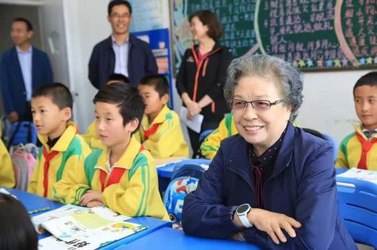 图为2017年,陶斯亮在甘肃东乡慰问孩子们。