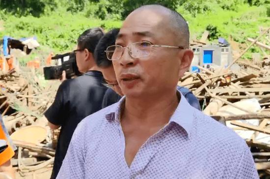 徐文海接受记者采访。