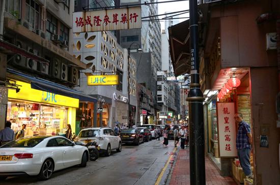 9月香港上环街景。