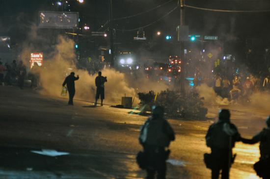 示威者與警察衝突現場。