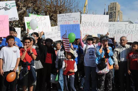 2013年11月9日,在美国旧金山市政厅外,各个年龄段的示威者参加抗议美国广播公司(ABC)辱华节目的示威活动。