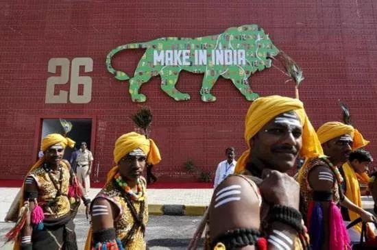 """印度国内随处可见的""""印度制造""""标语(图源:《印度时报》)"""