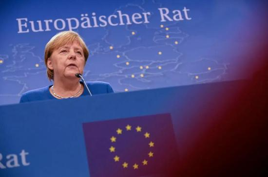 """10月17日,在比利时首都布鲁塞尔,德国总理默克尔出席新闻发布会。当天,除英国外的欧盟27个成员国领导人一致通过决议,支持欧盟委员会与英国政府达成的最新""""脱欧""""协议。新华社发(里卡多·帕雷贾尼摄)"""