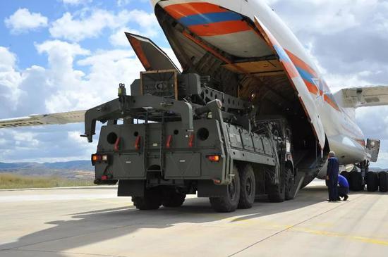 ▲资料图片:2019年7月12日,在土耳其安卡拉,一架大型俄罗斯运输机在穆尔特德空军基地卸货。(新华社发)