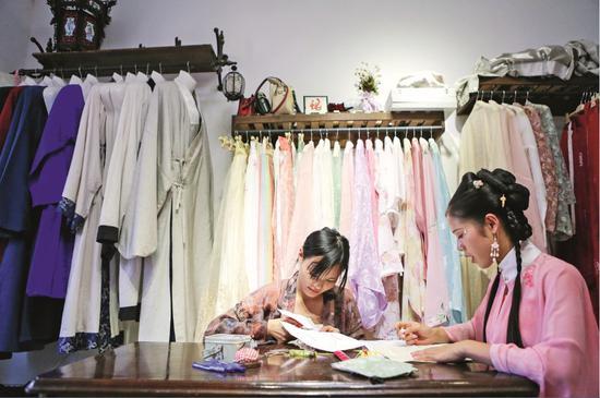 湖南长沙的一个汉服设计工作室。图/新华