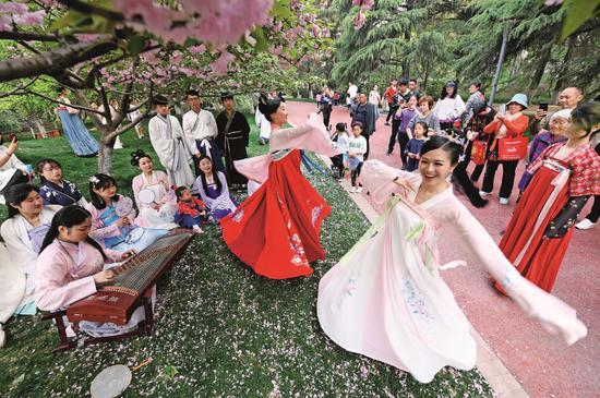 2019年4月7日,农历三月初三,安徽阜阳幼儿师范高等专科学校内,学生们穿汉服、弹古筝、吟诗、踏舞,学习传统礼仪,展示汉服之美。图/视觉中国