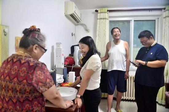 王慧夫妇协助盲友装配智能家居。受访者供图
