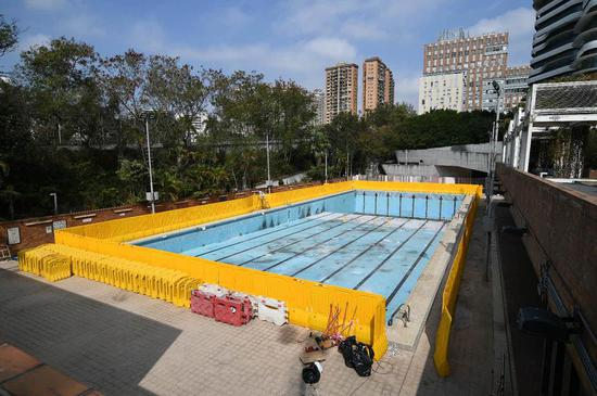 泳池被挡板围封