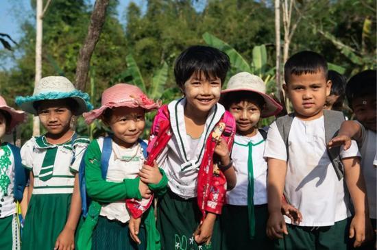 """▲这是1月13日在皎漂县中国援建学校拍摄的小学生。孩子们脸上涂着当地人常用的天然防晒护肤品""""特纳卡""""。新华社记者杜宇摄"""