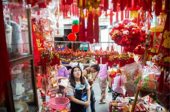 """▲对中缅民众来说,习主席这次来访可谓节日季""""走亲戚""""。缅甸独立节刚过,中国农历春节将至。1月15日,缅甸仰光唐人街已充满过年气氛。新华社记者杜宇摄"""