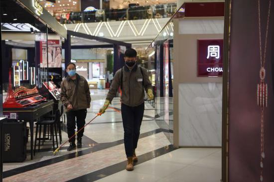 2月27日,在呼和浩特维众利购物中央,做事人员在消毒。近日,内蒙古呼和浩特市片面商场在做益疫情防控的同时,开起恢复业务。新华社发