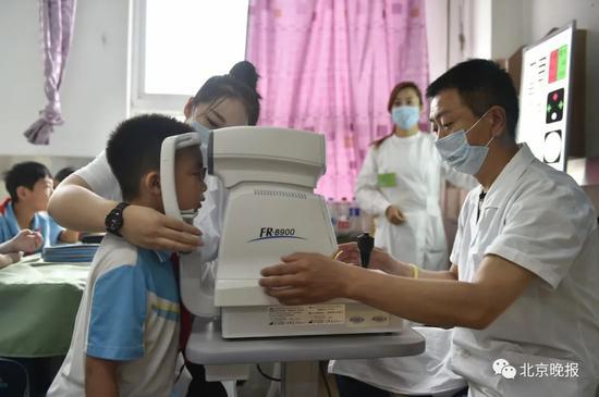 钟南山:群体免疫是最消极做法 是一百多年前的思路