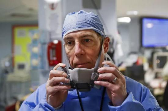 扬克斯市医院急救科主任安东尼·莱昂,图源:美联社
