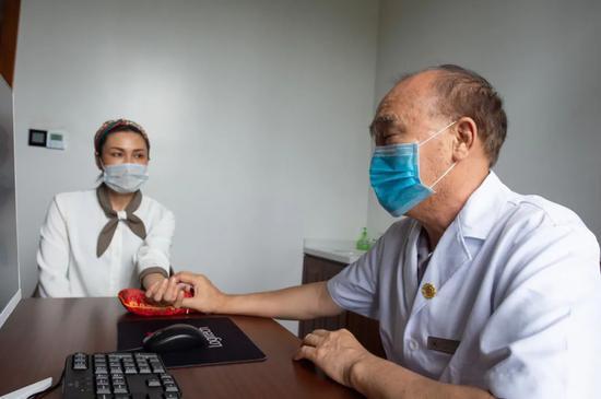 4月3日,在海南博鳌超级中医院内,中医为一位患者脉诊