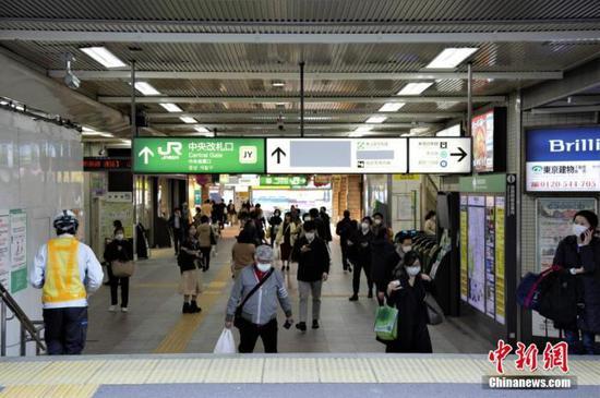 图为日本东京某车站戴口罩出行的民众。 中新社记者 吕少威 摄