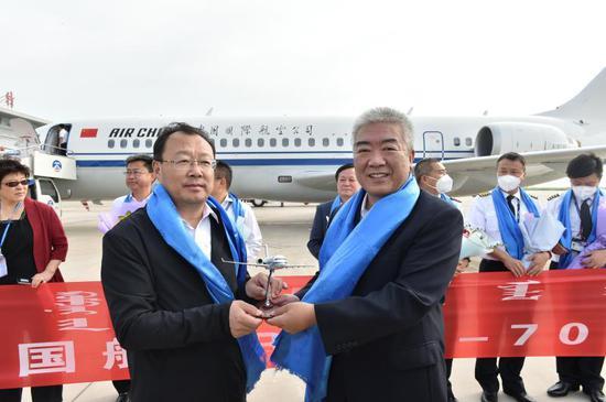 国航副总裁柴维玺代表国航向锡林郭勒盟盟委副书记、盟长霍照良赠送国航ARJ21飞机定制版机模。吕俊杰摄