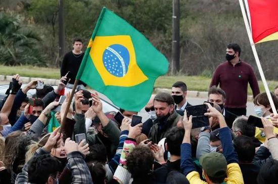 ▲博索纳罗(中)7月31日在巴热市参加活动时被支持者簇拥(路透社)