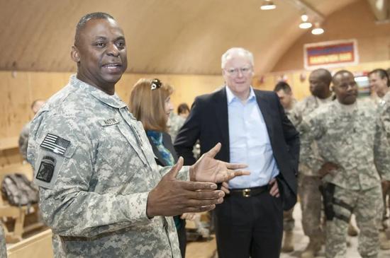 ·2010年,作为美国驻伊拉克军队指挥官的奥斯汀(左一)在感恩节前夕探望士兵们。
