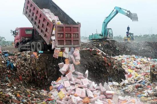 2015年3月10日,广西南宁海关在东兴市销毁走私入境的冻品。图|新华社