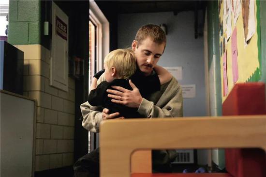 美国丹弗当地一家学前哺育的生理健康先生拥抱孩子,给情感不好的孩子宽慰及鼓励(视觉中国供图)