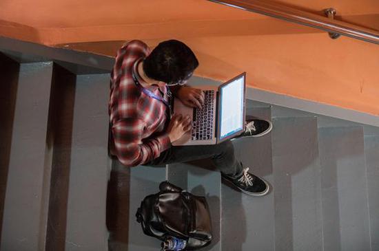 2017年10月11日,一名程序员找到了一处安静的角落静静处理工作。 人民视觉 资料图