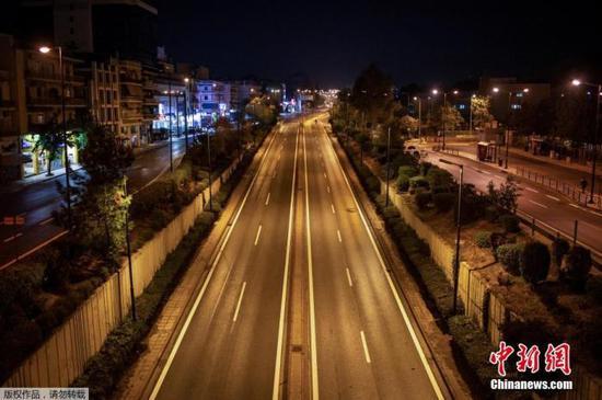 当地时间11月15日,希腊雅典,Messogion大街空空荡荡。