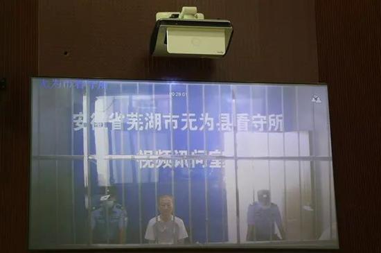 2020年9月,无为市人民法院通过远程视频方式一审公开开庭审理刘建邺涉嫌受贿一案。(来源:安徽纪检监察网)
