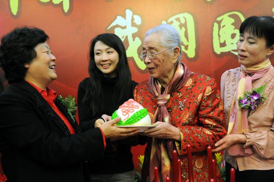 严仁英教授在95岁寿辰暨从医68周年庆典上。新华社记者王呈选摄