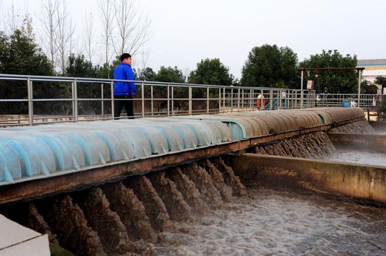 ↑在河南南阳淅川县污水处理厂,工作人员巡察设备运转状况(2015年11月27日摄)。作为南水北调中线工程的核心水源区和渠首所在地,淅川县是南水北调水质的重要护卫者。