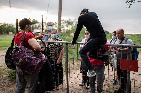 非法移民翻越边境墙