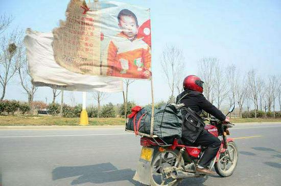 郭刚堂与他的寻子摩托车 网络图