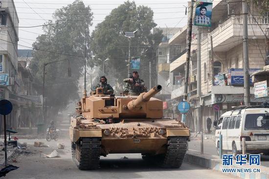 资料图:3月24日,在叙利亚阿夫林,一辆土耳其坦克在城区驶过。 新华社发