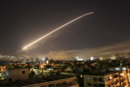 """当地时间14日凌晨,美军联合英法两国对叙利亚实施了""""精准打击""""。(图片来源:俄罗斯卫星通讯社)"""