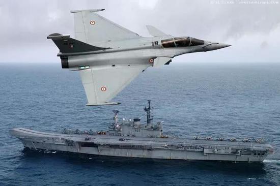 """▲印度军迷制作的""""阵风""""战机飞越印海军航母设想图"""