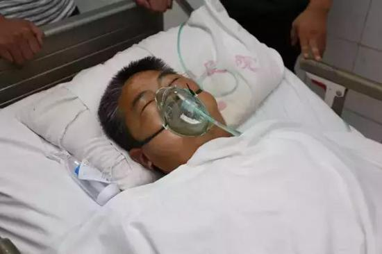吕保民在医院接受救治