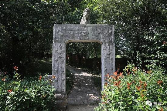 """▲别墅院内,一处步行道入口处的""""石门""""。"""