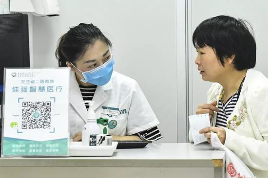▲广州市民运用智能导诊机器人查询就诊科室。(视觉中国)
