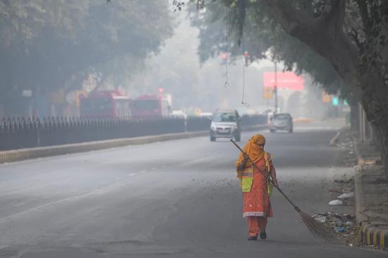 """印度""""春节""""过后雾霾爆表:有人戴口罩放鞭炮(图)"""