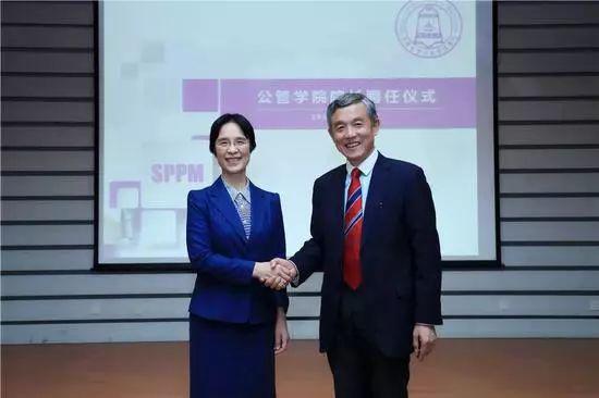 △11月15日,江小涓和清华公管院前院长薛澜握手合影