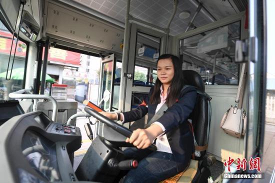 资料图:长沙部分公交设驾驶隔离装置保安全。中新社记者 杨华峰 摄
