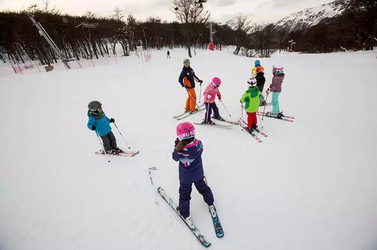 阿根廷南部城市乌斯怀亚,一群孩子在练习滑雪。(马丁·萨巴拉摄)