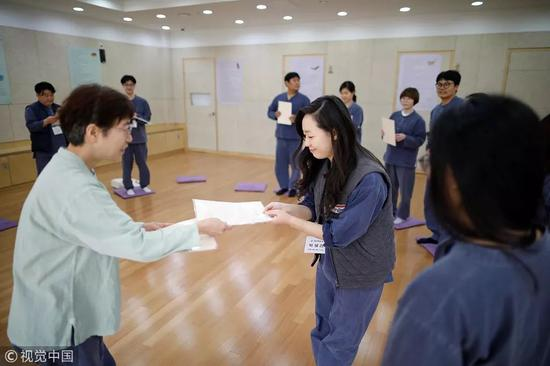 △ 2018年11月11日,Park Hye-ri和其他参与者在被关24小时后获得假释证书。