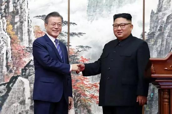 9月19日,在朝鲜平壤,朝鲜国务委员会委员长金正恩(右)与韩国总统文在寅在举走共同记者会后握手。新华社发