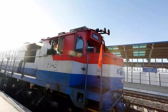 11月30日,在韩国坡州都罗山车站,韩方列车准备驶向朝鲜。新华社发